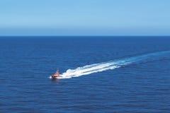 Un bote de salvamento del mar que patrulla cerca de la isla de Palma en el mar Mediterráneo foto de archivo