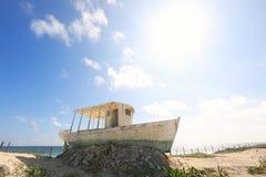 Un bote pequeño abandonado cerca de una playa Foto de archivo