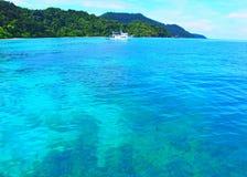 Un bote pequeño en el mar grande Imagen de archivo libre de regalías