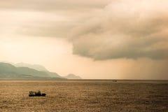 Un bote pequeño en el océano Imagenes de archivo