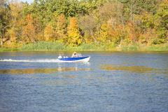 Un bote pequeño flota encendido imagen de archivo
