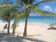 Un bote pequeño, una playa tropical Fotos de archivo libres de regalías