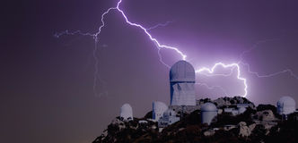 Un boulon de foudre au-dessus d'un observatoire Images libres de droits