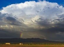 Un boulon de foudre et d'un arc-en-ciel Images libres de droits