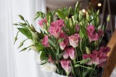 Un bouquet étonnant de différentes fleurs colorées se tenant près de la fenêtre Images stock