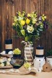 Un bouquet étonnant de mariage dans des tons violets jaunes avec le noir mire la belle décoration en bois rustique de vintage pou Photographie stock