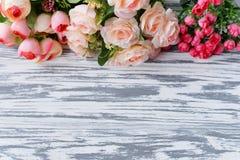 Un bouquet avec les roses roses fleurit sur un fond rural clair Photos libres de droits