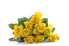 Un bouquet classique des roses jaunes horizontales, contre le backgroundcopy-sace blanc Image libre de droits