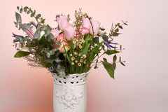 Un bouquet coloré de ressort fleurit dans le vase blanc Image stock