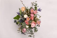 Un bouquet coloré de ressort fleurit dans le vase blanc Images stock