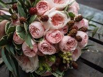 Un bouquet de belles fleurs sensibles pour un mariage photo libre de droits