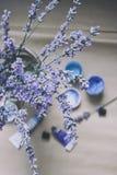 Un bouquet de lavande dans la perspective des pots avec des nuances de peinture bleue Configuration plate Photographie stock