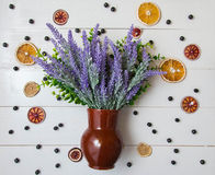 Un bouquet de lavande dans un pot sur un fond en bois blanc Photographie stock libre de droits