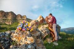 Un bouquet de mariage dans le style rustique dans la perspective de jeunes nouveaux mariés brouillés dans un bel endroit naturel  Image stock