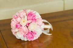 Un bouquet de mariage des roses de papier se trouve sur une table en bois dans la chambre d'hôtel Photos stock