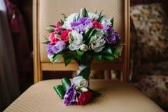 Un bouquet de mariage et un boutonniere photo stock