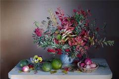 Un bouquet des feuilles colorées et des baies rouges en automne L'encore-vie d'automne avec de belles feuilles d'automne image stock
