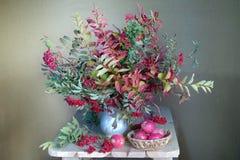 Un bouquet des feuilles colorées et des baies rouges en automne L'encore-vie d'automne avec la belle prairie d'automne photographie stock