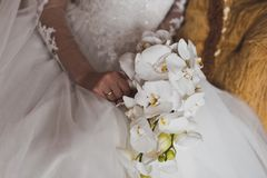 Un bouquet des fleurs dans les mains de filles Photos libres de droits