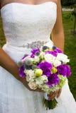 Un bouquet des fleurs dans les mains de la jeune mariée Images libres de droits