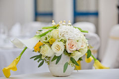 Un bouquet des fleurs dans un vase Photographie stock