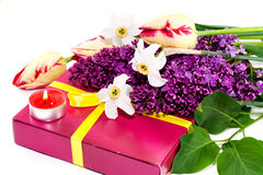 Un bouquet des fleurs et du cadeau d'isolement sur le blanc? Image stock