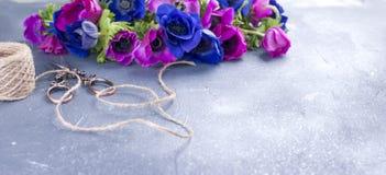 Un bouquet des fleurs roses et bleues, sur un fond gris Place pour le texte Photo libre de droits