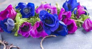 Un bouquet des fleurs roses et bleues, sur un fond gris Place pour le texte Images libres de droits
