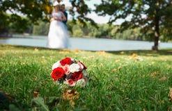 Un bouquet des fleurs sur l'herbe Images libres de droits