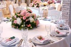 Un bouquet des fleurs sur une table dans le restaurant image libre de droits