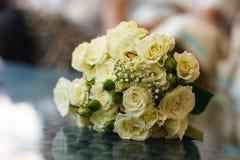 Un bouquet des roses jaunes avec les bourgeons verts Photo libre de droits