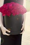 Un bouquet des roses rouges dans une boîte Images stock