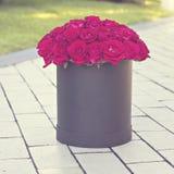 Un bouquet des roses rouges dans une boîte Photographie stock