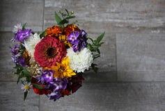 Un bouquet des wildflowers sur la tuile grise Photos stock