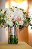 Un bouquet l'épousant nuptiale dans un pot en verre avant les fleurs de cérémonie, blanches et roses les épousant images stock