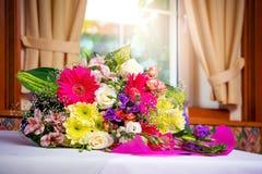 Un bouquet magnifique des fleurs sur la table dans le restaurant Images libres de droits