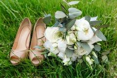 Un bouquet moderne de mariage avec les demoiselles d'honneur Accessoires de jeune mariée Photographie stock libre de droits