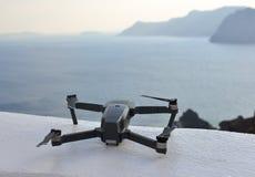 Un bourdon avec le paysage urbain de l'île de Santorini photo libre de droits