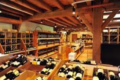 Un boutique del vino en Francia Foto de archivo libre de regalías