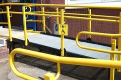 Un bouton ? r?clamer l'aide Une rampe pour les handicap?s Le chemin sp?cifique de la rampe avec la balustrade d'acier inoxydable  photographie stock