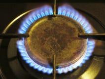 Un brûleur à cuisinière à gaz avec les flammes bleues images stock