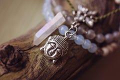 Un braccialetto di pietra minerale naturale di tre perle fotografia stock