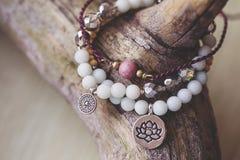 Un braccialetto di pietra minerale naturale di tre perle immagine stock libera da diritti