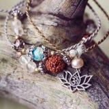 Un braccialetto di pietra minerale naturale di tre perle immagini stock