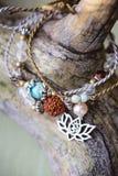 Un braccialetto di pietra minerale naturale di tre perle fotografia stock libera da diritti
