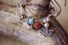 Un braccialetto di pietra minerale naturale di tre perle fotografie stock