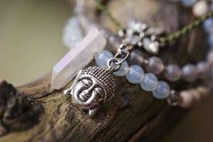 Un braccialetto di pietra minerale naturale di tre perle immagine stock