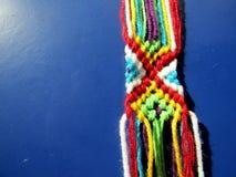 Un bracelet tressé des fils d'un processus Photographie stock