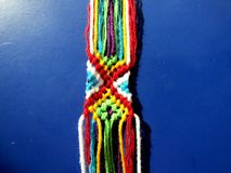 Un bracelet tressé des fils d'un processus Photo stock