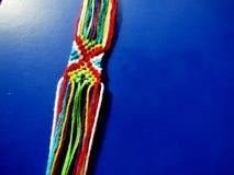Un bracelet tressé des fils d'un processus Photos libres de droits